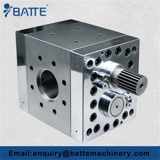 Plastic recycling extruder with melt gear pump